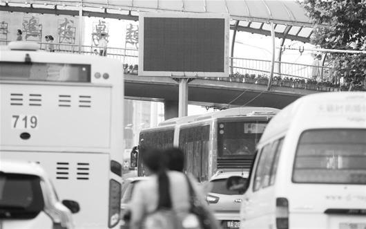 图为:汉口一处路口,交通诱导屏已停摆(记者邹斌摄)