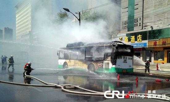 消防战士正在扑救大火。 图片来源:惠斌/CFP