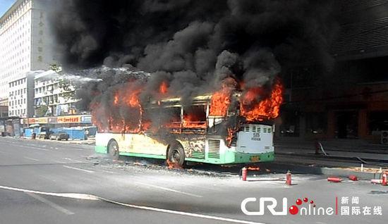 公交车燃起大火。 图片来源:惠斌/CFP