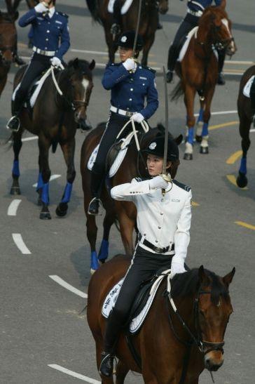 英姿飒爽的大连市女骑警