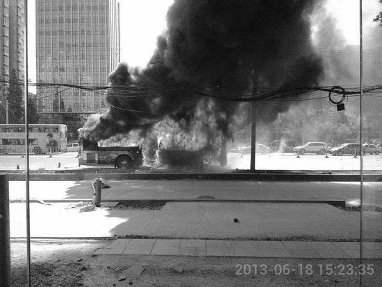 图为:公交车燃烧瞬间 (图片由读者提供)