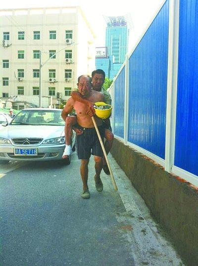 武汉农民工背受伤工友拒顺风车:身上脏怕弄脏车