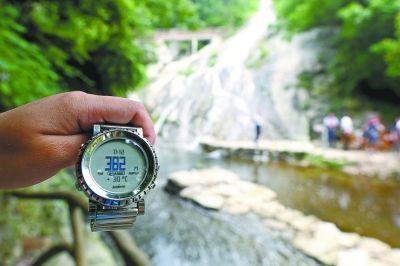 前天中午11点12分,在黄陂清凉寨海拔382米的地方,环境温度为30℃。记者李少文 实习生张智 摄