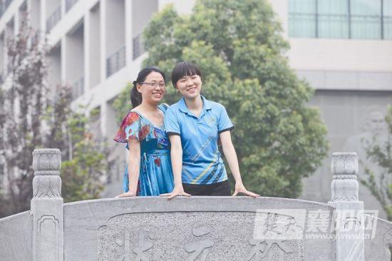 李卓雅和母亲 (记者 卢亚明 摄)