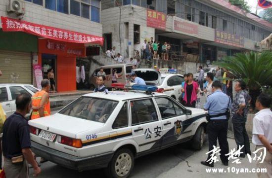 裸男回到了六堰黄石路家中,民警在楼下等待男子的父母