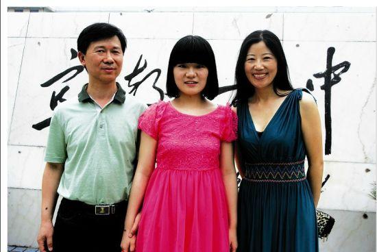 宋洁与她的爸爸妈妈。