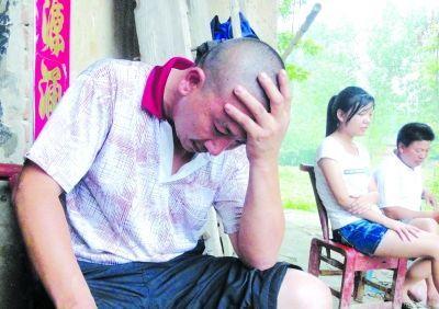 溺亡学生小郑的父亲悲痛不已。本版摄影 特派记者石一