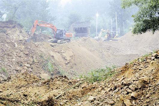 图为:挖掘机正在紧张救援