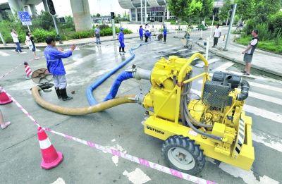 昨日,武汉火车站2号停车场外,移动泵车抽排地下管道内的雨水 记者李永刚 摄
