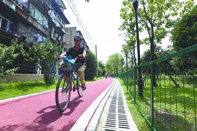 南干渠社区绿道设有专用的自行车道。记者李少文 实习生张智 摄