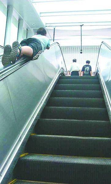 趴在扶手上乘电梯