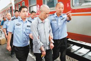 昨日,警方将逃亡19年的管某从新疆押解回西安。记者窦翊明摄