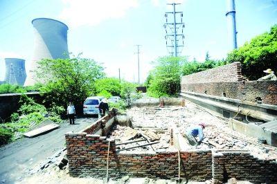 昨天,几名工人正在拆除违建猪圈。 记者苗剑 摄