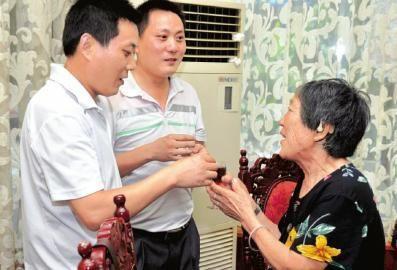 兄弟俩给母亲倒茶。
