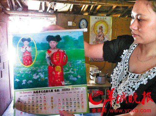 小茜的姑姑向记者展示小茜在幼儿园拍摄的照片时,一脸悲伤