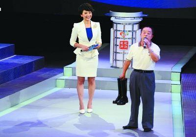 深受渍水之苦的市民商师傅提着一双雨鞋走上电视问政舞台。记者金思柳 摄
