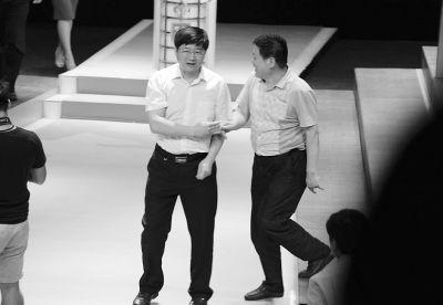 昨晚的电视问政结束后,一位市民代表与市城管委主任干小明(左)握手交流。
