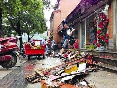 武汉城管安装招牌1年就垮落 惠民工程质量遭质疑