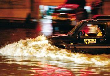 昨日凌晨一时,武昌光谷杨家湾一低洼处严重渍水,一市民在水中骑行,另一市民驾车缓慢行驶。本报记者原丽阳 摄