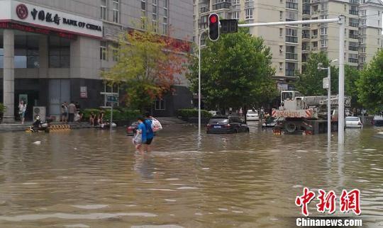 图为武汉市后湖大道渍水路段。 张芹 摄