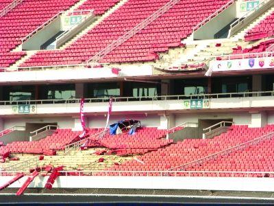 东区看台座位损毁不少。实习生戴旻阳 摄