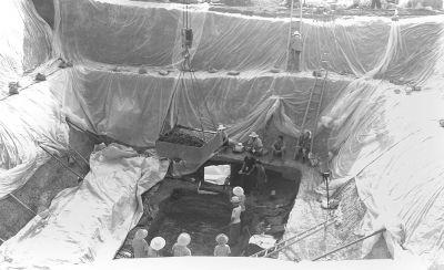 大雨过后,考古工作人员继续发掘叶家山古墓。 特派记者何晓刚 发自随州