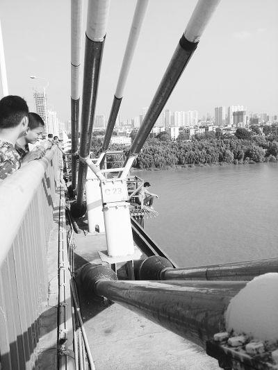 赤膊男欲跳桥导致长江二桥大堵车。