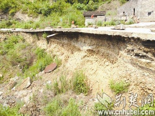十堰郧西现近百米悬空公路 多处路基被洪水掏空