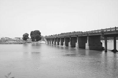 半撮桥勉强连接了举水河两岸,而河的西岸却靠一条便道连接,一下暴雨这条便道就会被水淹没 见习记者胡琴沁 摄(实习生 文进彬)