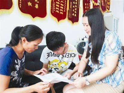 李女士(左)和儿子小斌(中)、何艳芳律师(右)在一起