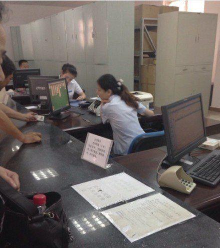 图为:改工作人员正在玩纸牌游戏 照片由网友拍摄