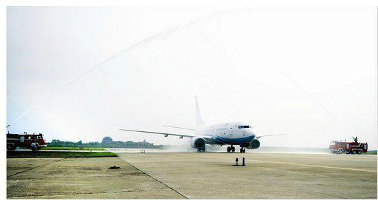 7月17日9时50分,随着宜昌至厦门的MF8496航班离地升空,三峡机场新开通的、由厦门航空公司执飞的重庆宜昌厦门往返航线正式开通。没想到首飞航班上座率这么高,据三峡机场相关负责人介绍,MF8496航班上的旅游团队及商务乘客共128人,达到100%上座率,其中从宜昌出发的乘客就占到100余人。后面几天的空余座位也比较少,建议乘客预订一周以后的机票。   据厦门航空公司武汉营业部总经理柯奋勇介绍,开通之初,重庆宜昌厦门航班每周三班(周一、三、六),从7月25日起,将加密宜昌至厦门往