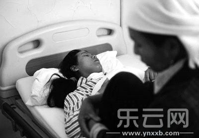 伤者从楚雄转来昆明医院救治。 本报记者尹博林摄