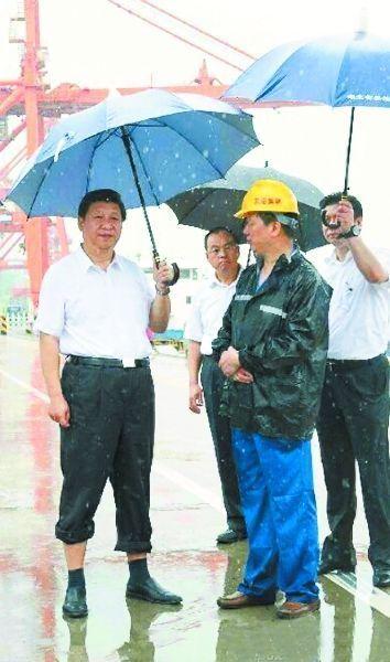 21日上午,习近平冒雨来到武汉新港阳逻集装箱港区。据新华视点