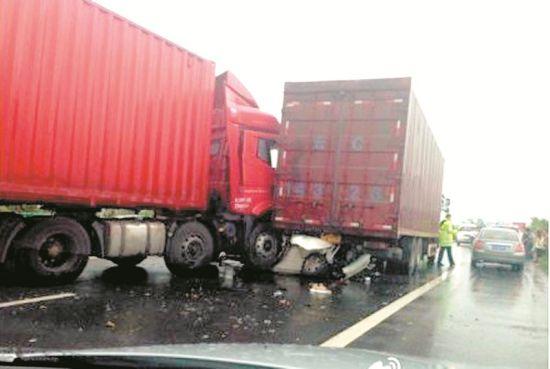 沪蓉高速红安段电线杆倒伏路面诱发多车相撞,4死4。伤