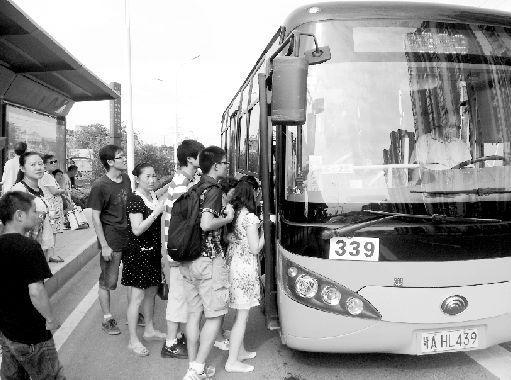 乘客正在排队上微循环公交339路。本报记者 原丽阳 通讯员 骆酉捷 摄
