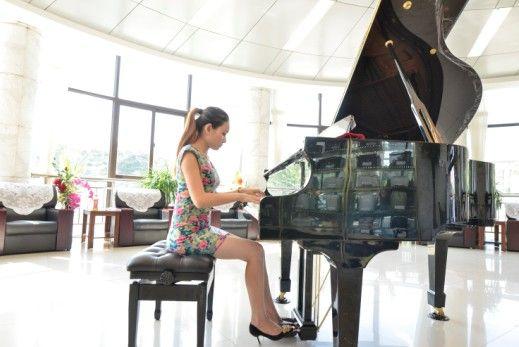 昨日,杨文婷在武昌殡仪馆接待中心大厅弹奏钢琴 见习记者胡冬冬 摄
