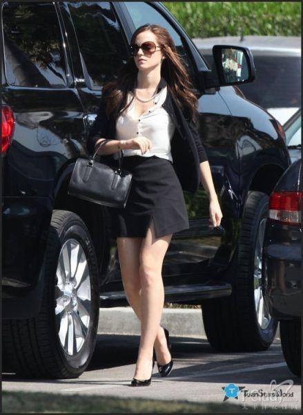黑色半裙搭配黑色高跟鞋