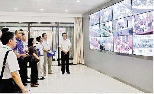 图为:电子监察中心监控屏实时显示各省直部门服务大厅情况