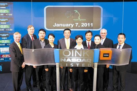 图为:李汉英(右五)和公司高管在美国纳斯达克交易中心 (图片由丰泽农牧提供)