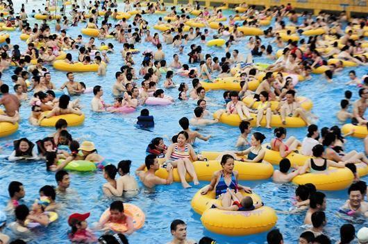 图为:武汉一家水上公园内,嬉水消暑的市民摩肩擦踵 记者李辉摄