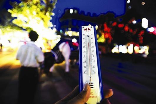 图为:昨日晚上7点45分,光谷新天地,温度计上显示的气温为32摄氏度 记者程铭摄