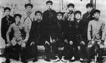 红二十五军领导人与警卫员的合影(前排左起:吴焕先、郭述申、徐海东、戴季英)。