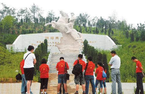 """6月27日,湘鄂赣""""红色三山行""""青年记者参观徐海东大将亲属烈士陵园。记者 范远志 摄"""
