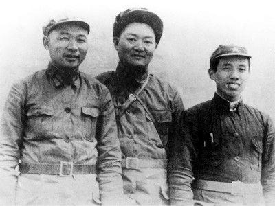 红军时期,徐海东(左)同罗炳辉(中)、陈伯钧在一起。