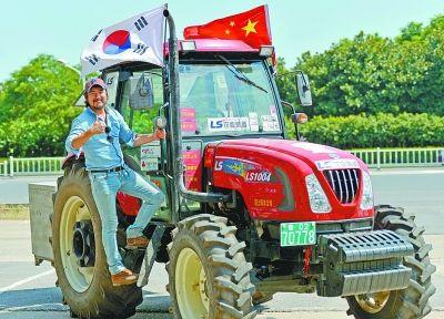 昨天,开拖拉机巡游中国的韩国农民姜基兑先生在武汉。 记者胡伟鸣 摄