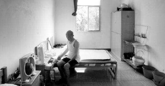 一位老人独自坐在老年公寓的房间里。本报记者 原丽阳 摄