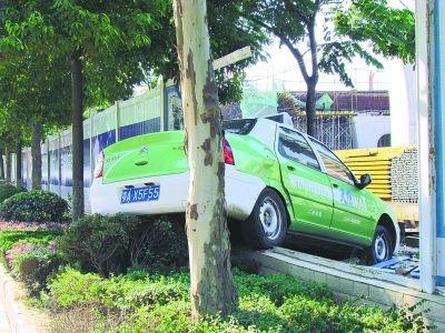 出租车撞开施工围挡。记者汤华明 摄