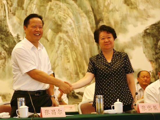 湖北省委副书记张昌尔(左)祝贺张岱梨(右)当选湖北省总工会主席。