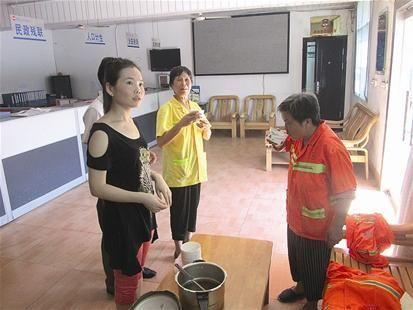 昨日,铁山冶矿路社区计生协会的会员自发买来绿豆汤请清洁工休息品尝。 记者张夏夏通讯员 潘平